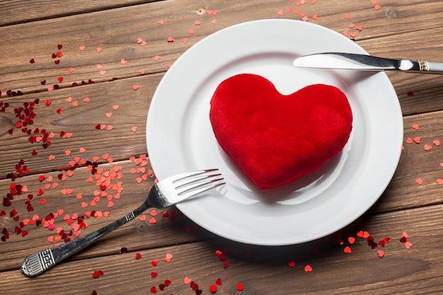 木製のテーブル背景にバレンタインデーの組成