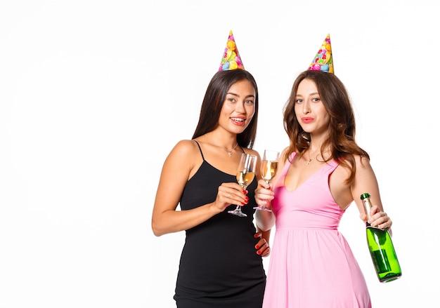 お祝いにシャンパングラスを持つ若い梨花
