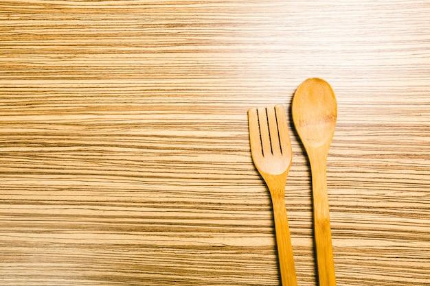 木製の背景に台所用品