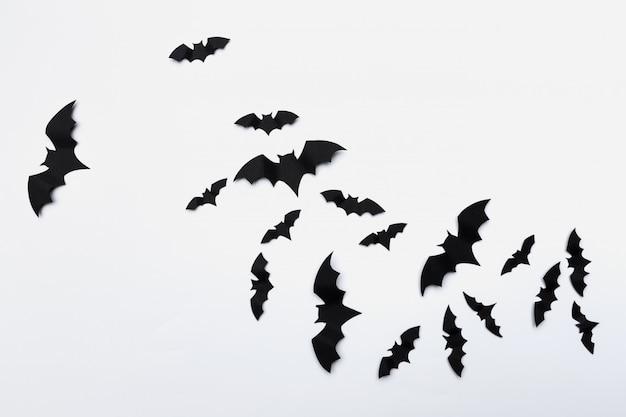 ハロウィーンやデコレーションのコンセプト - 紙コウモリの飛行