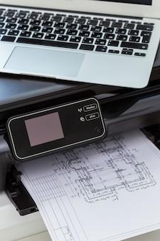 プリンタとコンピュータオフィステーブル