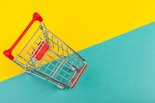Корзина для покупок на цветном