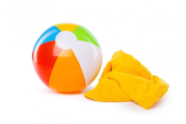 Надувной мяч и плавательный инвентарь, изолированные на белом