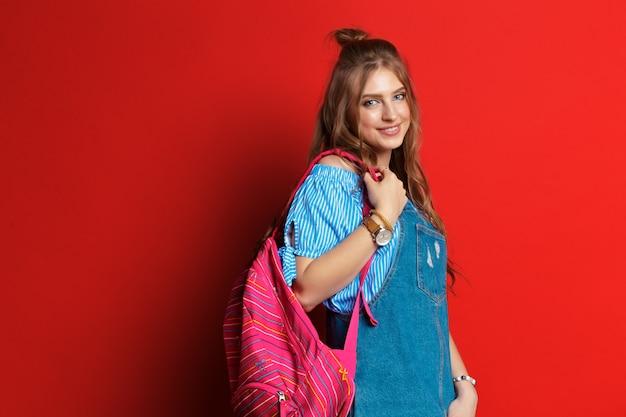 カバンを持つ美しい学生。