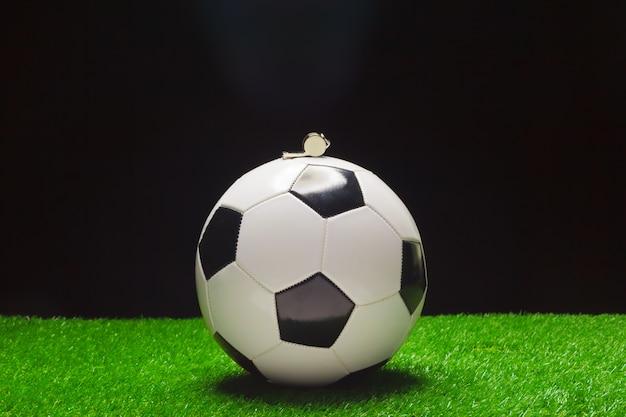 笛とサッカーボール