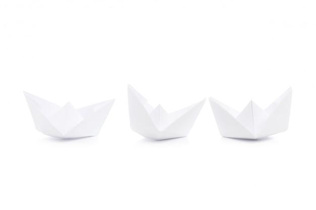 紙の船、白で隔離