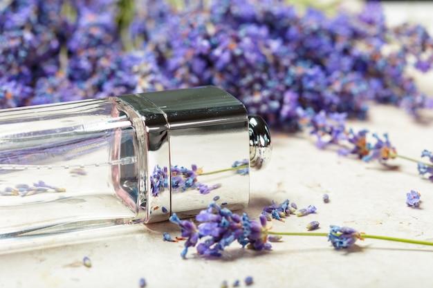 Женские духи в красивых флаконах и цветках лаванды