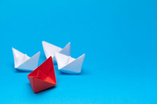 勝者の赤い紙の船