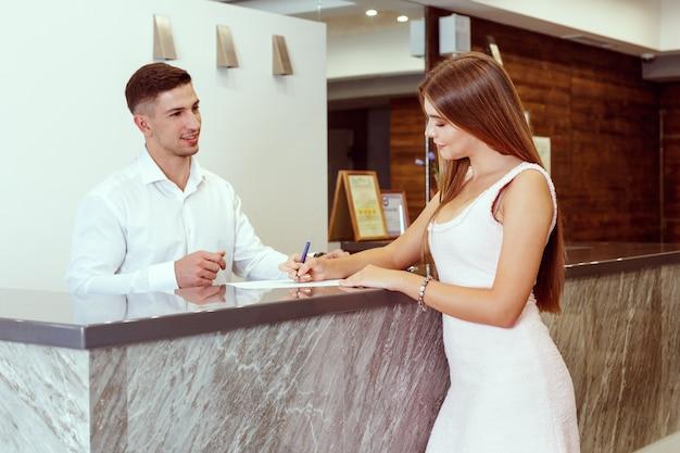 Женщина, регистрация в отеле
