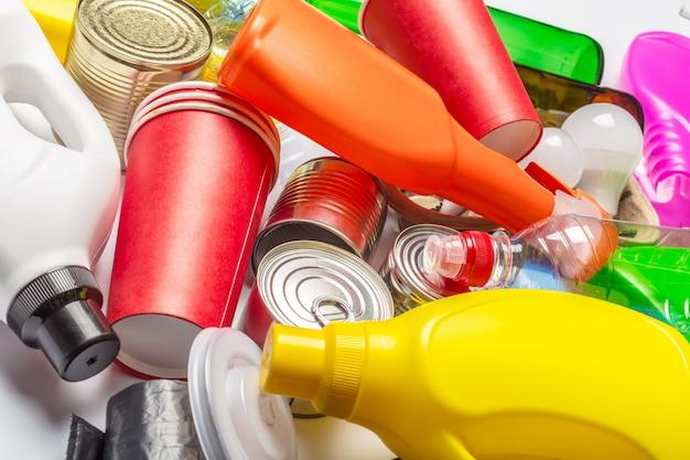 Бутылки, пластиковые стаканчики, банки