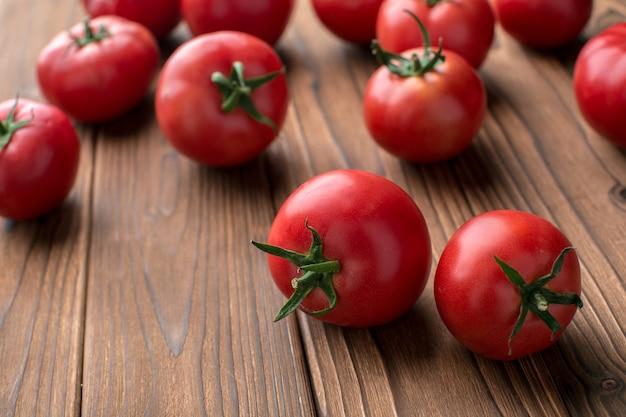 木の上のトマト