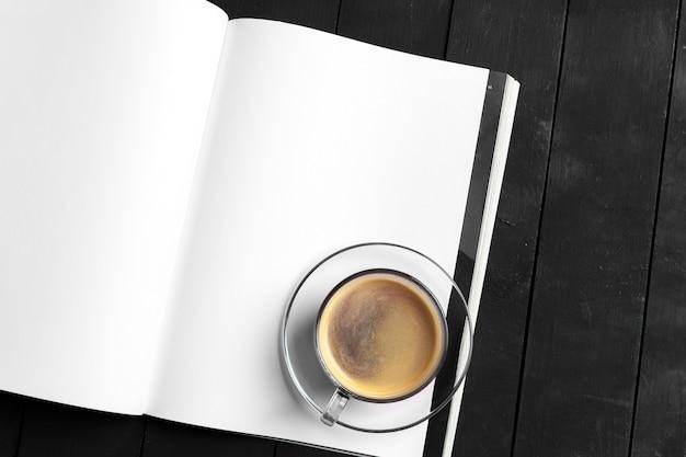 雑誌や木製のテーブルカタログ。