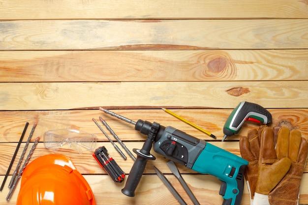 電動ハンマードリルは木製のテーブルの上にあります。