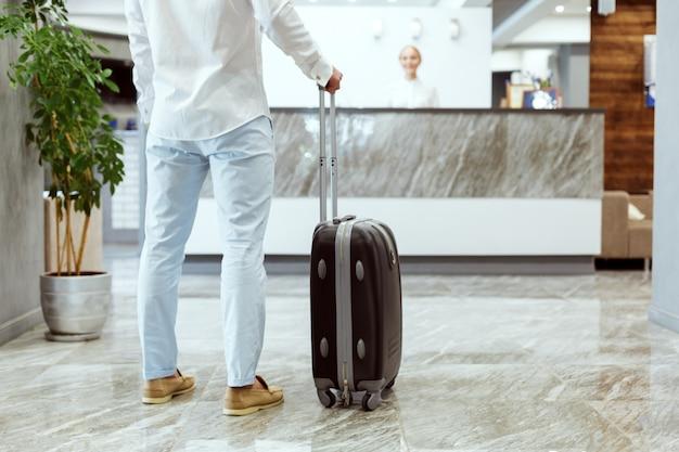 Человек на стойке регистрации отеля.
