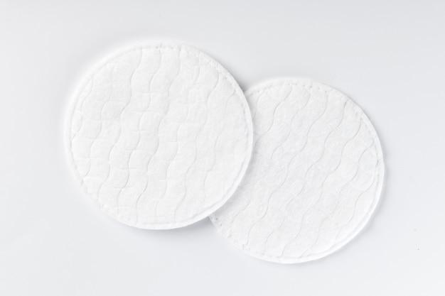 Ватные диски изолированные на белом