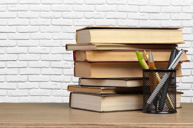 テーブルの上の本