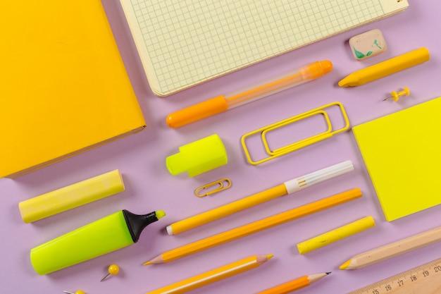 学校や事務用品。上面図。