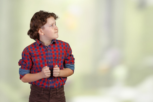 怒っている子供の肖像画