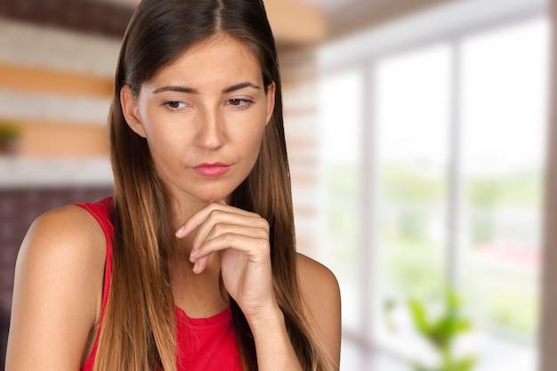 クローズアップ感情的な肖像画の悲しい女