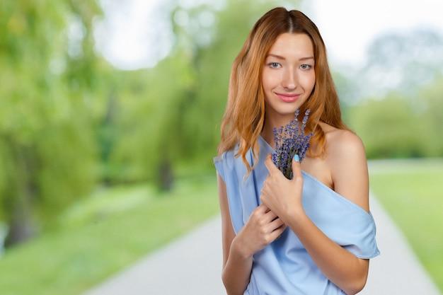 Красивая девушка с лавандой