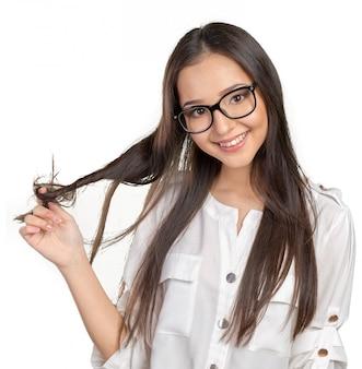 メガネで幸せなカジュアルな若い女