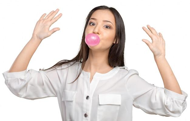 若い女性吹いてバブルガム