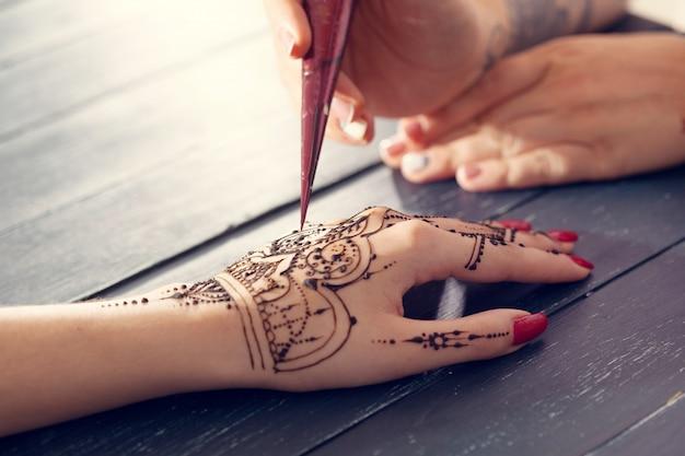 Процесс нанесения менди на женские руки