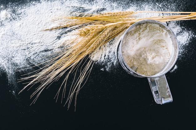 Колосья пшеницы и мука черная