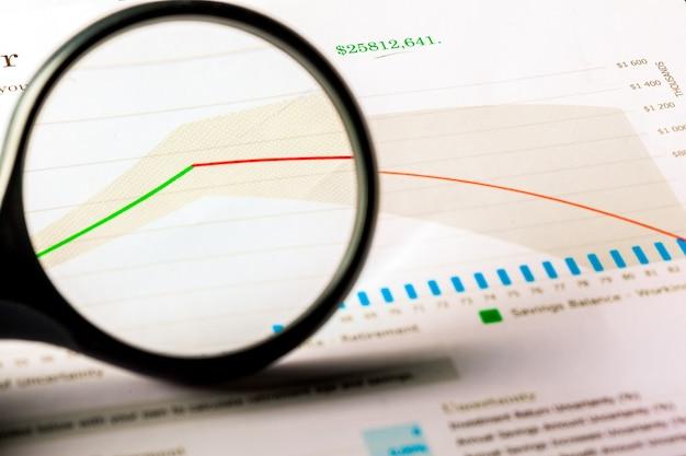 虫眼鏡とビジネスの成長グラフ