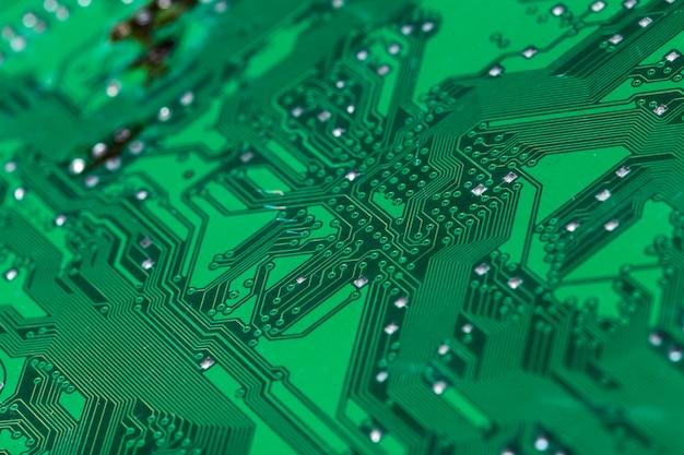 印刷された緑色のコンピューター回路基板のクローズアップ