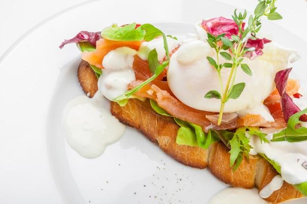 Бутерброд с лососем на белом