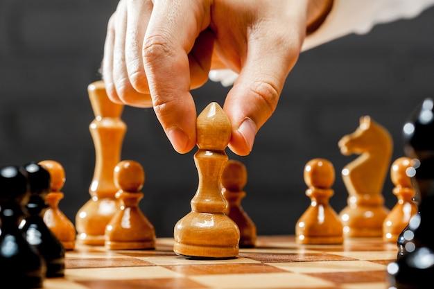 チェスをするビジネスマンの手