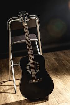 白黒の音楽室のアコースティックギター