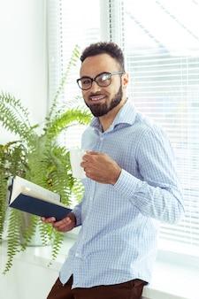 Черный человек, держащий книгу
