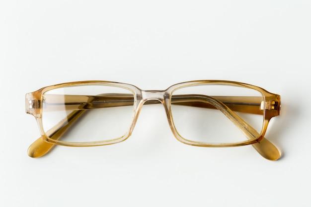 白で隔離される眼鏡