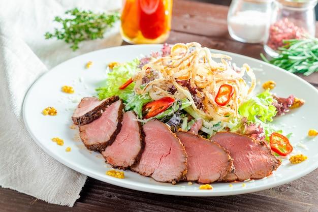 牛肉のサラダ添え