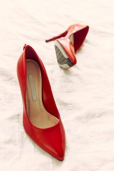 部屋の赤い女性靴