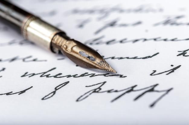 アンティークの手書きの手紙の万年筆