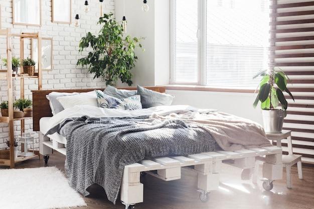 Удобная кровать с подушками в комнате