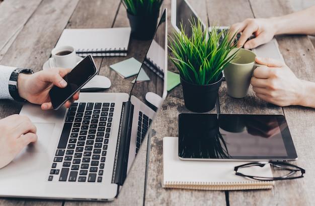 Бизнесмены работают на своих компьютерах. вид сверху