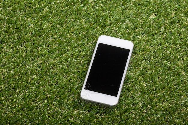 スマートフォンが床に落ちて画面が損傷する