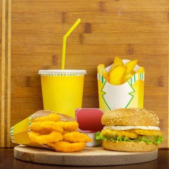 ハンバーガー、フライドポテト、コーラのガラスのファーストフードメニュー