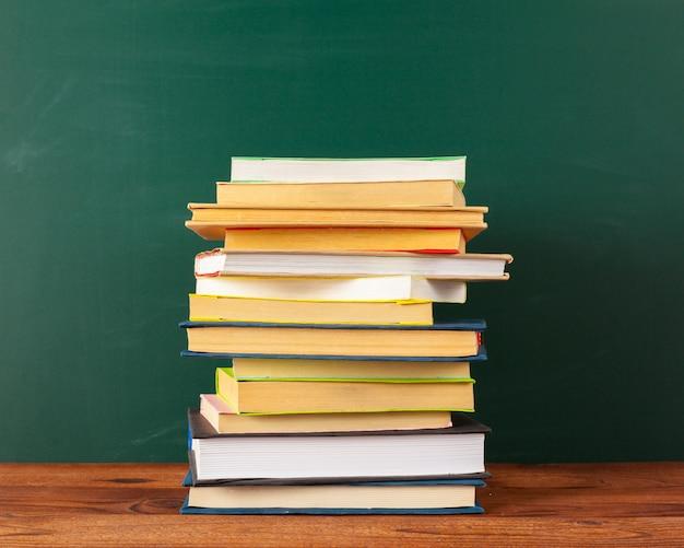 机の上の本、黒板