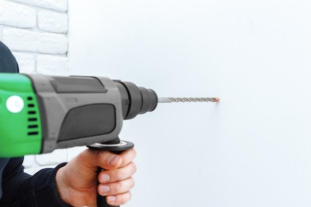 ハンマードリルを使って壁を開けます