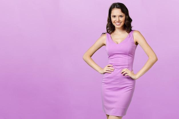 ライラックのドレスの若い壮大な女性