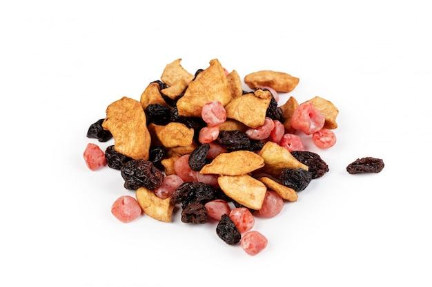 砂糖漬けの果物とナッツの白で隔離されるの混合物