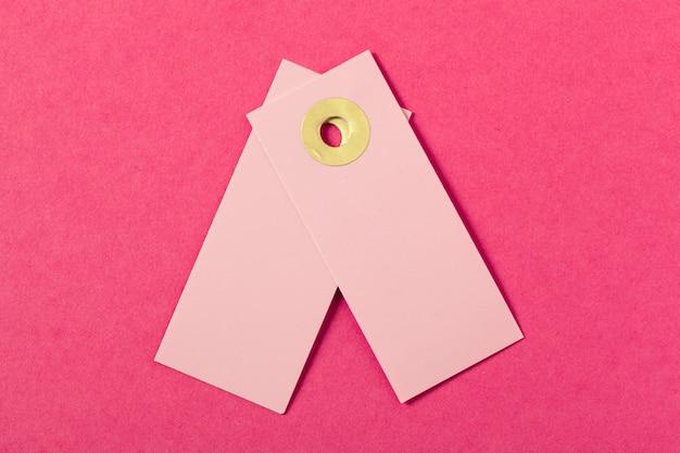 空白のグリーティングカードまたはピンクのタグ