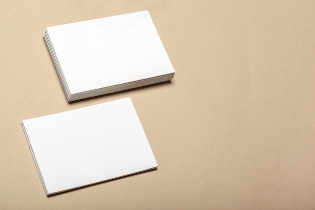 ベージュのモックアップのための空白の紙片