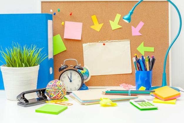 様々なカラフルな文房具オブジェクトを持つ創造的な人の職場