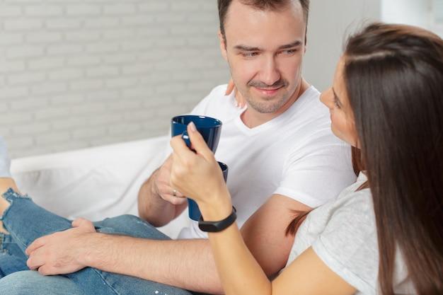 朝は自宅で陽気な若いカップル